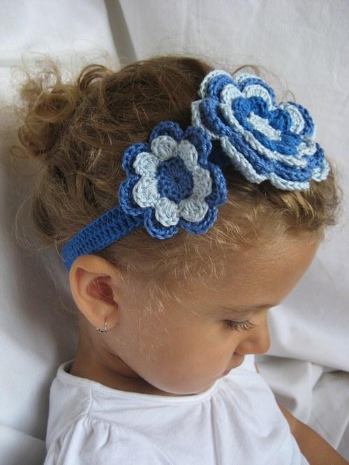 Háčkovaná čelenka s kytkami - sv.modrá/modrá