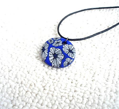 Přívěsek modrý s kytičkami 2