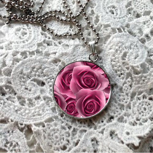 Přívěsek - ustláno v růžích (růžová)