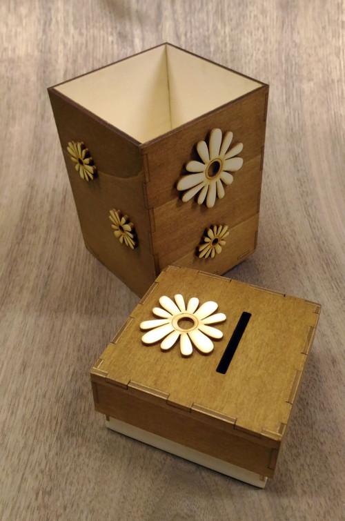 Originální dřevěná kasička hnědá s kytkama