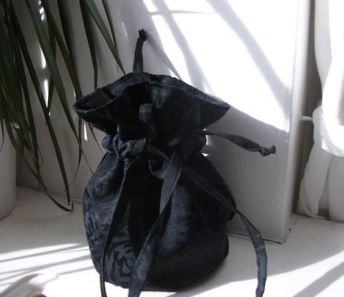 Pompadůrka černá s jemným vzorem