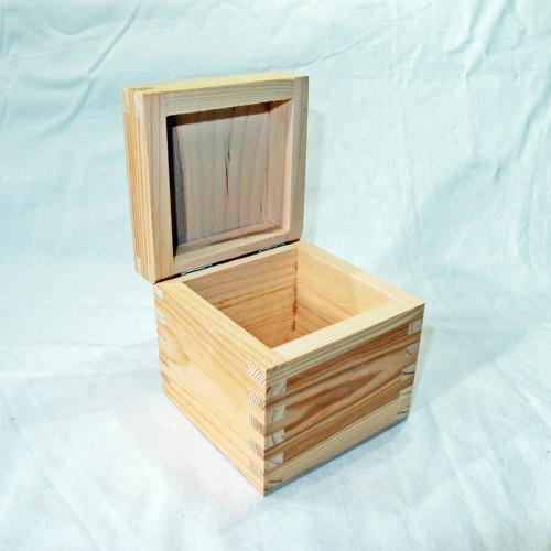 Malá dřevěná krabička s víčkem