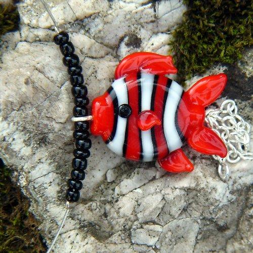 Náhrdelník pruhovaná rybka - červená