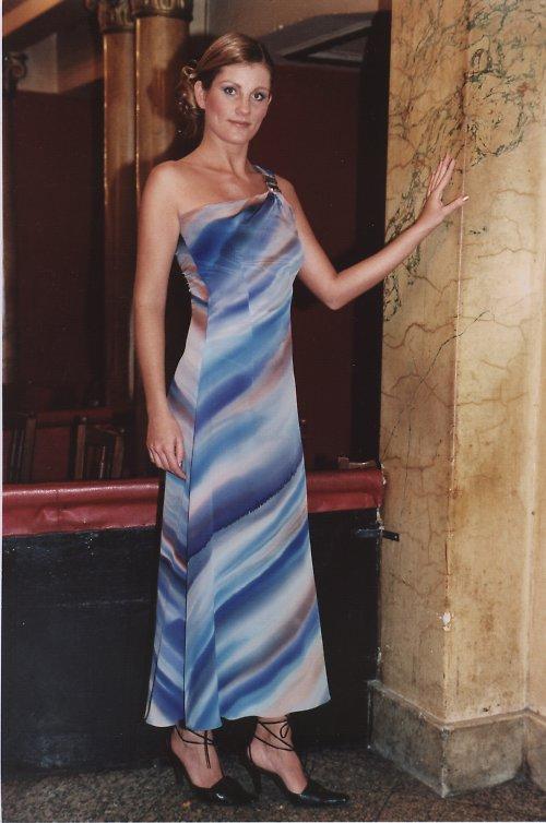 šaty v tónech modré barvy