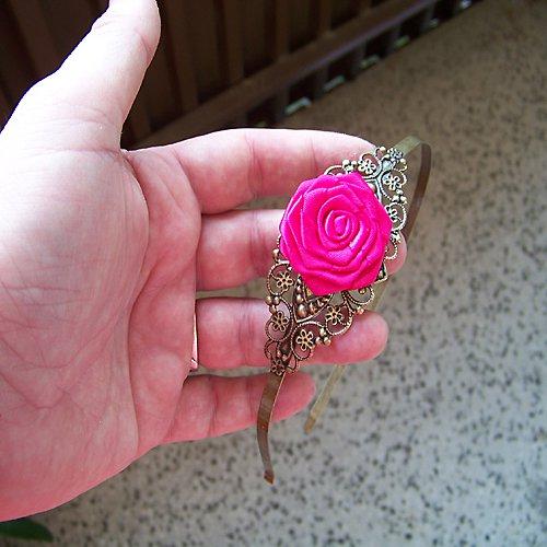 Bronzová filigránová čelenka se saténovou růží