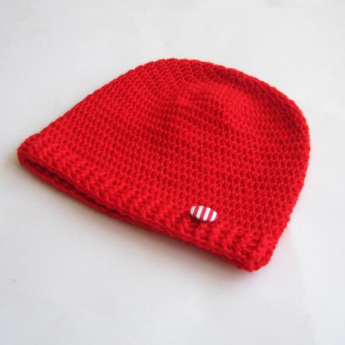 Červená háčkovaná čiapočka s buttonom