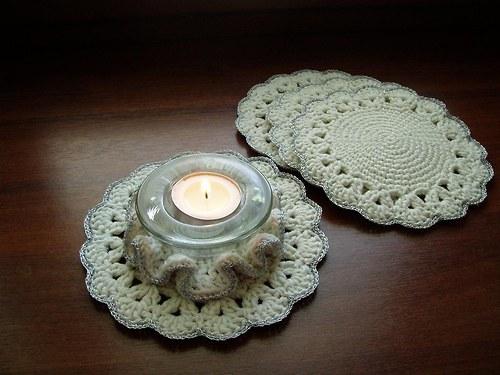 háčkovaný svícen bílo-stříbrný