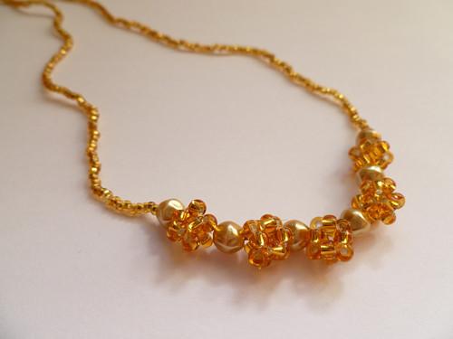 Zlatý náhrdelník s perličkami a kuličkami