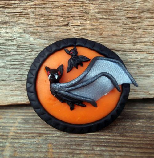 Letící netopýři oranžovém pozadí -brož