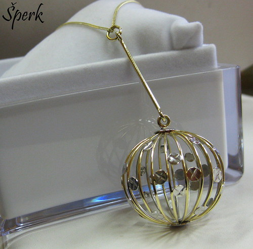 Zlatý přívěšek-koule