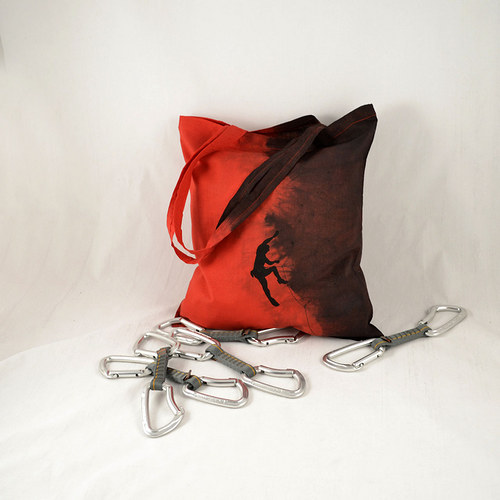 Červeno-černá batikovaná taška s horolezcem