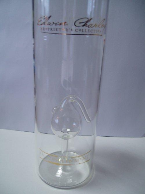 láhev s varnou nádobou na alkohol