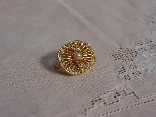 Zlatá brož s perličkou