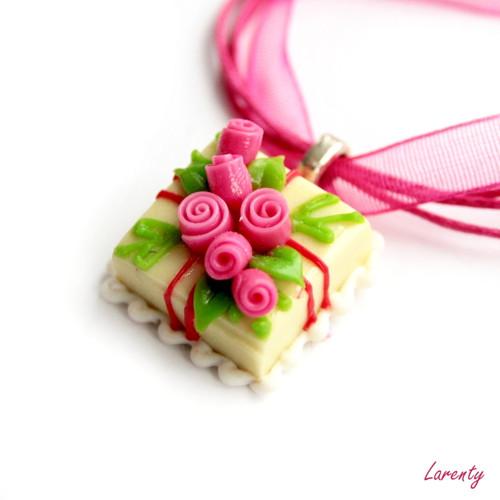 Žlutý dort s růžovými květy