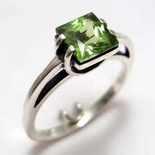 Prsten «Rozbřesk» - stříbro 925, přírodní olivín