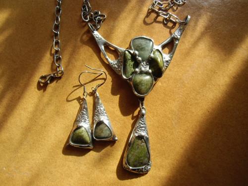 Souprava se zelenými kameny
