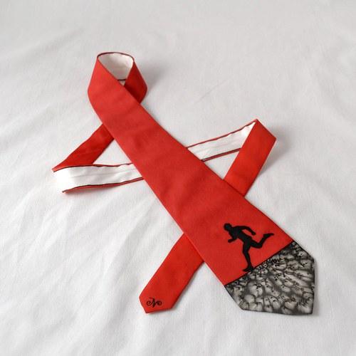 Hedvábná kravata s běžcem černo-červená