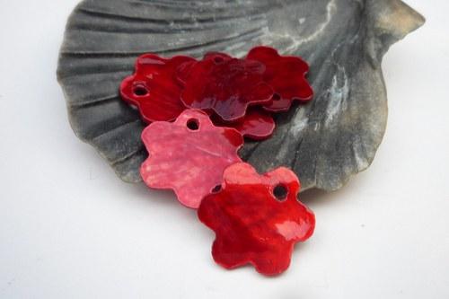 červené perleťové kytičky 10 ks   12 mm