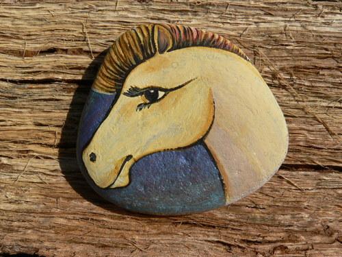 Koník na modrém třpytivém pozadí na kamínek malova