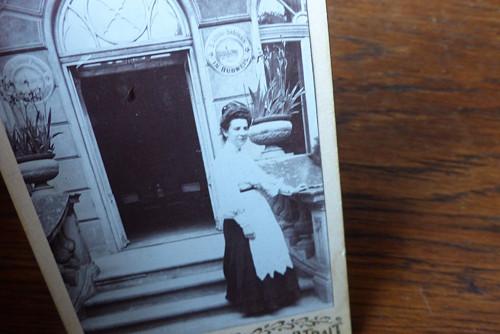 Před vchodem... kabinetní fotografie