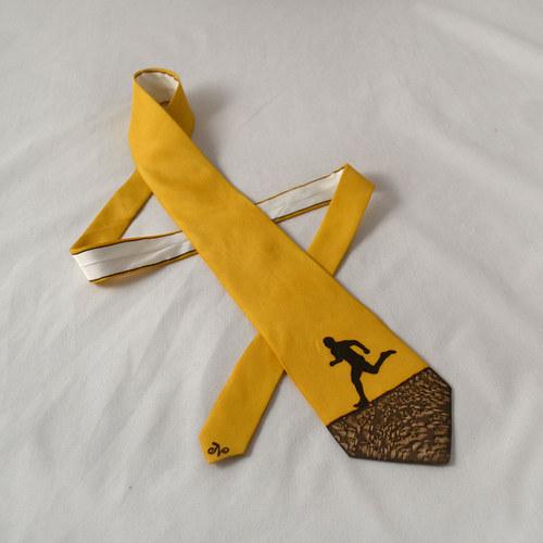 Hedvábná kravata s běžcem hnědo-okrová