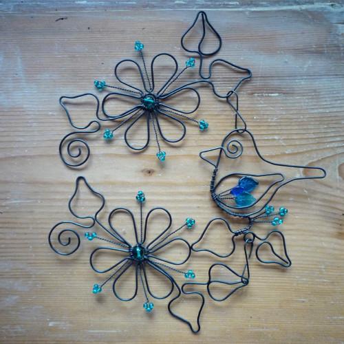 Ptáček mezi květy v modrém