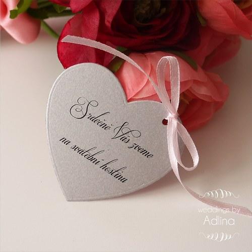 pozvánka ke svatebnímu stolu - srdcová se stuhou