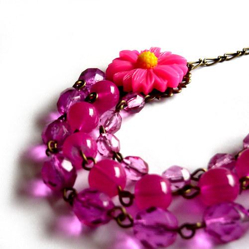 Křiklavě růžový třířadý náhrdelník s kopretinou