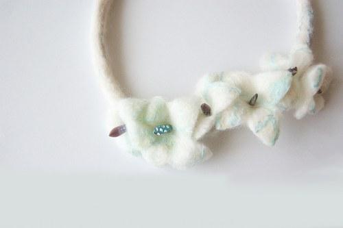 Ledové květy - plstěný náhrdelník