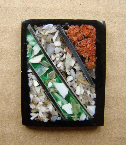 Přívěsek z pryskyřice a perleti