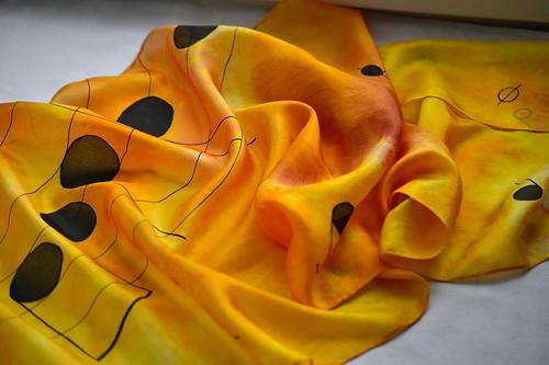Žluto-oranžovo-hnědá šála s notami a notovou osnov