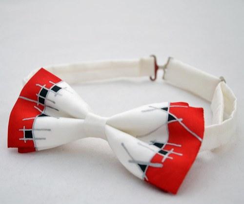 Červeno-černo-bílý hedvábný motýlek