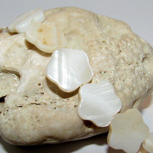 PER822 Perleť květina 15 mm /2ks/ slonová kost