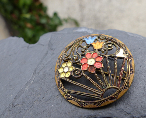 V květech...kovová starožitná brož