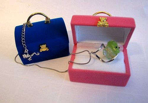 Sametová krabička na šperky.