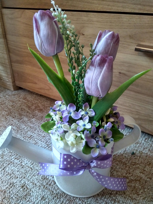 Plechová konvička s tulipány
