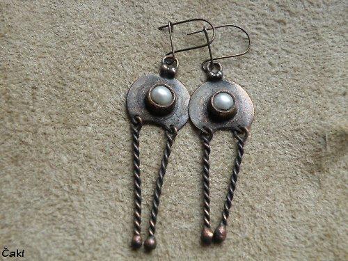 Měděné naušnice s říční perlou