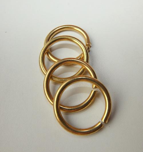 velké zlaté kovové kruhy