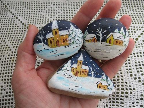 Dárek  v háčkovaném pytlíčku...malovaný kamínek