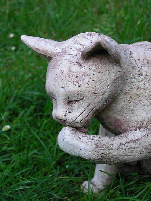 Kočička sedící, olizuje si tlapku (na objednávku)