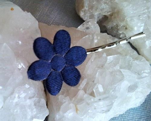 Saténová květinka do vlásků - tm.modrá na stříbrné
