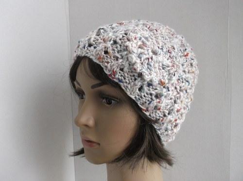 Jarní čapka s barevnými nopky a ozdobou.