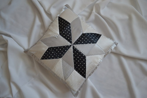 Stříbrno-šedý saténový povlak na polštář