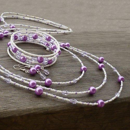 Fialovobílá souprava s delším náhrdelníkem