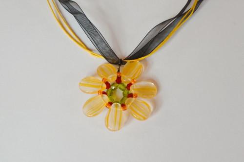 náhrdelník žlutý květ na černé stuze