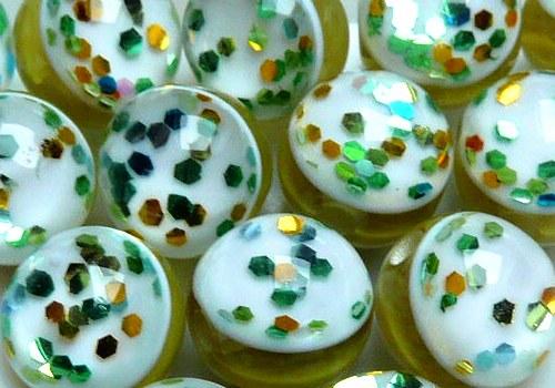 Plastové kuličky s glitry 10 mm - žlutozel. /4 ks