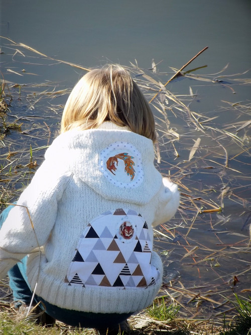 "\""White Fox:-)\""...dětský svetr skapucou akapsami"