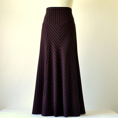 Černá sukně s červeným proužkem