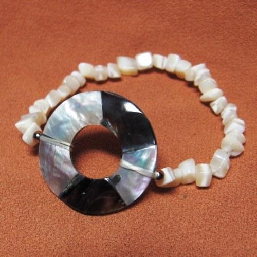 Náramek z řezů perleti