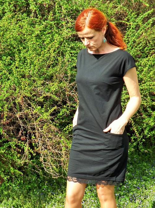 Elegantní úpletové šaty s krajkou